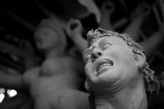 Fabricación del ídolo de Mahisasur para el festival de Durga Puja en la India imagenes de archivo