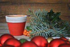 Fabricación del arreglo de la Navidad Imagenes de archivo