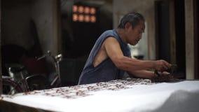 Fabricación del batik con el sello metrajes