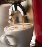 Fabricación del café Fotografía de archivo libre de regalías