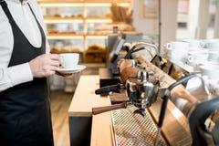 Fabricación del café con la máquina profesional del café en el café Foto de archivo