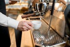 Fabricación del café con la máquina profesional del café en el café Fotografía de archivo libre de regalías