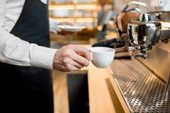 Fabricación del café con la máquina profesional del café en el café Foto de archivo libre de regalías