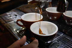 Fabricación del café del café express Fotografía de archivo libre de regalías