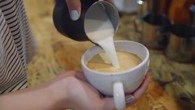 Fabricación del café del capuchino almacen de metraje de vídeo