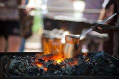 Fabricación del café en el Cezve en los carbones llameantes fotografía de archivo libre de regalías
