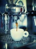 Fabricación del café express Imagenes de archivo
