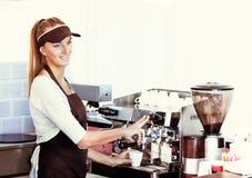 Fabricación del café express en cafetería Fotografía de archivo