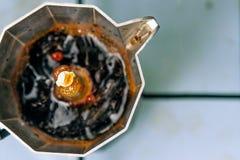 Fabricación del café del moka; burbujas Imagenes de archivo