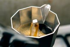 Fabricación del café del moka; el pote es semilleno Imagen de archivo