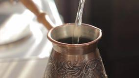 Fabricación del café turco tradicional en bronce del vintage almacen de metraje de vídeo