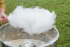 Fabricación del caramelo de algodón Imagen de archivo libre de regalías