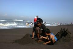 Fabricación del castillo de arena Fotos de archivo libres de regalías