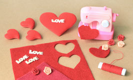 Fabricación del corazón de la tela para el día de tarjeta del día de San Valentín imagen de archivo libre de regalías