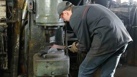 Fabricación del cuchillo fuera del metal en la fragua Hombre que usa el martillo neumático para formar de fundición almacen de video
