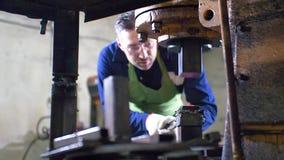 Fabricación del cuchillo fuera del metal en la fragua Hombre que usa el martillo neumático para formar de fundición almacen de metraje de vídeo