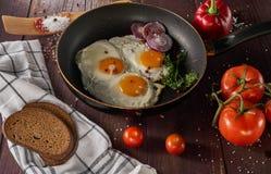 Fabricación del desayuno con los huevos frescos Fotos de archivo libres de regalías