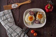 Fabricación del desayuno con los huevos frescos Imágenes de archivo libres de regalías