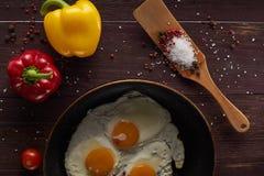 Fabricación del desayuno con los huevos frescos Imagenes de archivo