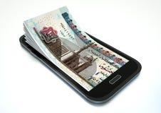 Fabricación del dinero con comercio electrónico usando smartphone Foto de archivo