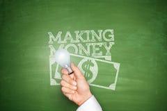 Fabricación del dinero en la pizarra Foto de archivo