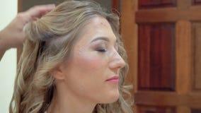 Fabricación del estilo de pelo de la boda para la novia Preparación para casarse almacen de metraje de vídeo