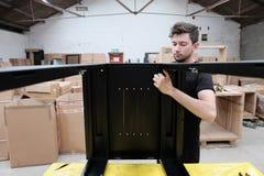 Fabricación del gabinete de las comunicaciones de datos dentro de una instalación de producción imagen de archivo libre de regalías