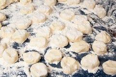 Fabricación del gnocchi hecho en casa Pasteles goteados crudos en harina Imágenes de archivo libres de regalías