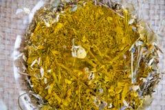 Fabricación del juego de té de la infusión del Manzanilla-estragón Imágenes de archivo libres de regalías