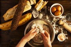 Fabricación del pan orgánico fresco en cocina imagenes de archivo