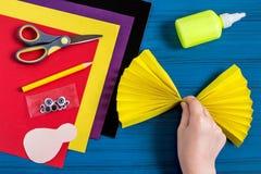 Fabricación del recuerdo por acción de gracias: pavo hecho del papel Paso 6 Foto de archivo libre de regalías