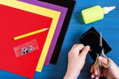 Fabricación del recuerdo por acción de gracias: pavo hecho del papel Paso 3 Foto de archivo libre de regalías