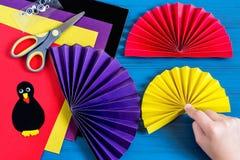Fabricación del recuerdo por acción de gracias: pavo hecho del papel Paso 7 Imagen de archivo