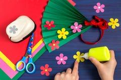 Fabricación del regalo para el día del ` s de la madre del niño Paso 6 Imagen de archivo libre de regalías