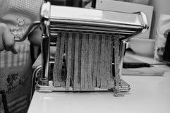 Fabricación del tagliatelle hecho en casa Imagenes de archivo