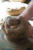Fabricación tradicional rumana de la cerámica imagen de archivo