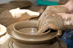Fabricación tradicional rumana de la cerámica foto de archivo libre de regalías