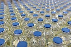 Fabricación y embotellamiento de drogas en una producción farmacéutica fotos de archivo