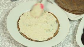Fabricaci?n de receta de la torta del crep? del oreo metrajes