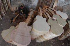 Fabricación de la guitarra Imagenes de archivo