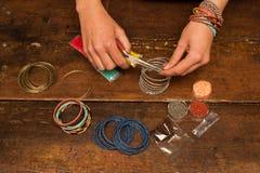 Fabricación de la joyería de la pulsera Foto de archivo