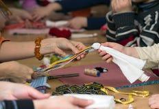 Fabricación de la muñeca Vesnyanka Foto de archivo libre de regalías