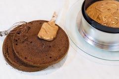 Fabricación de la torta de esponja Imagenes de archivo