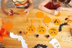 Fabricación de las decoraciones de Halloween Foto de archivo