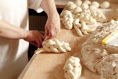 Fabricación de los pasteles checos tradicionales Vanocka de la Navidad Imagen de archivo libre de regalías