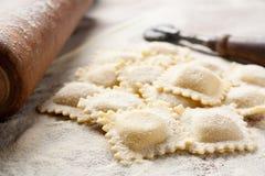 Fabricación de los raviolis hechos en casa Fotografía de archivo