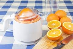 Fabricación de los zumos de naranja Imagenes de archivo