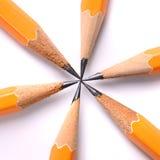 Fabricación de un punto con los lápices Fotos de archivo libres de regalías