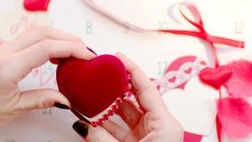 Fabricación de una oferta para casarse el día de tarjetas del día de San Valentín almacen de metraje de vídeo