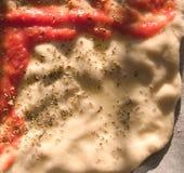 Fabricación de una pizza Fotos de archivo